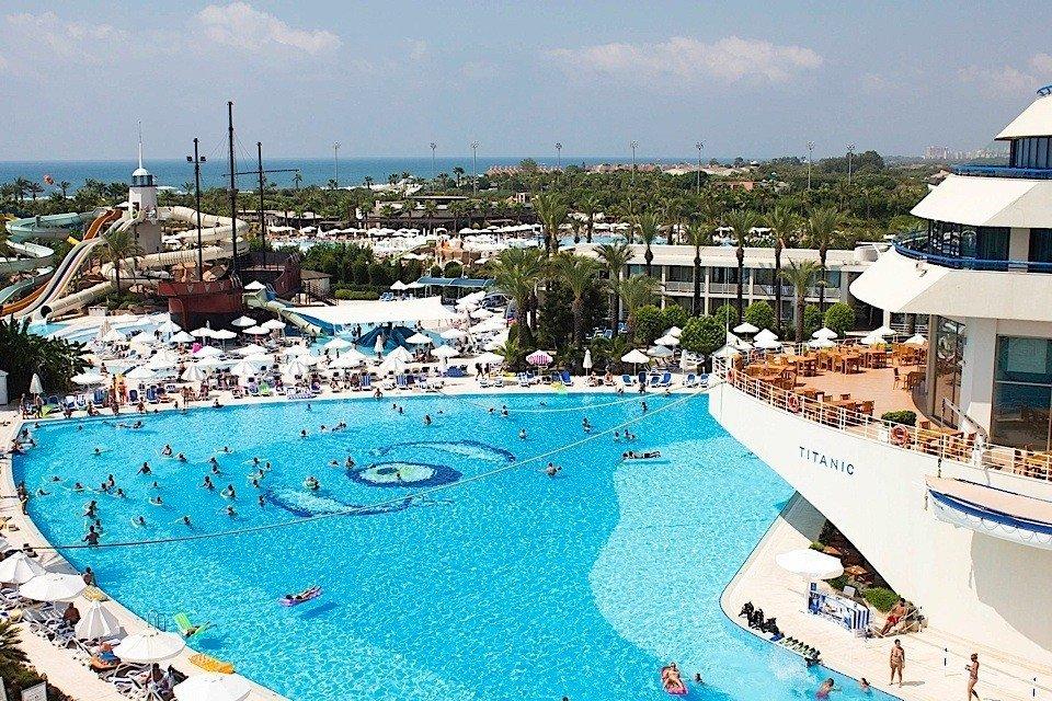 Turcijā atklāta viesnīca, kas izskatās kā slavenais 'Titāniks'