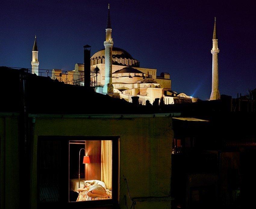 Не забудь задернуть шторы: фотограф по ночам подсматривает в наши окна