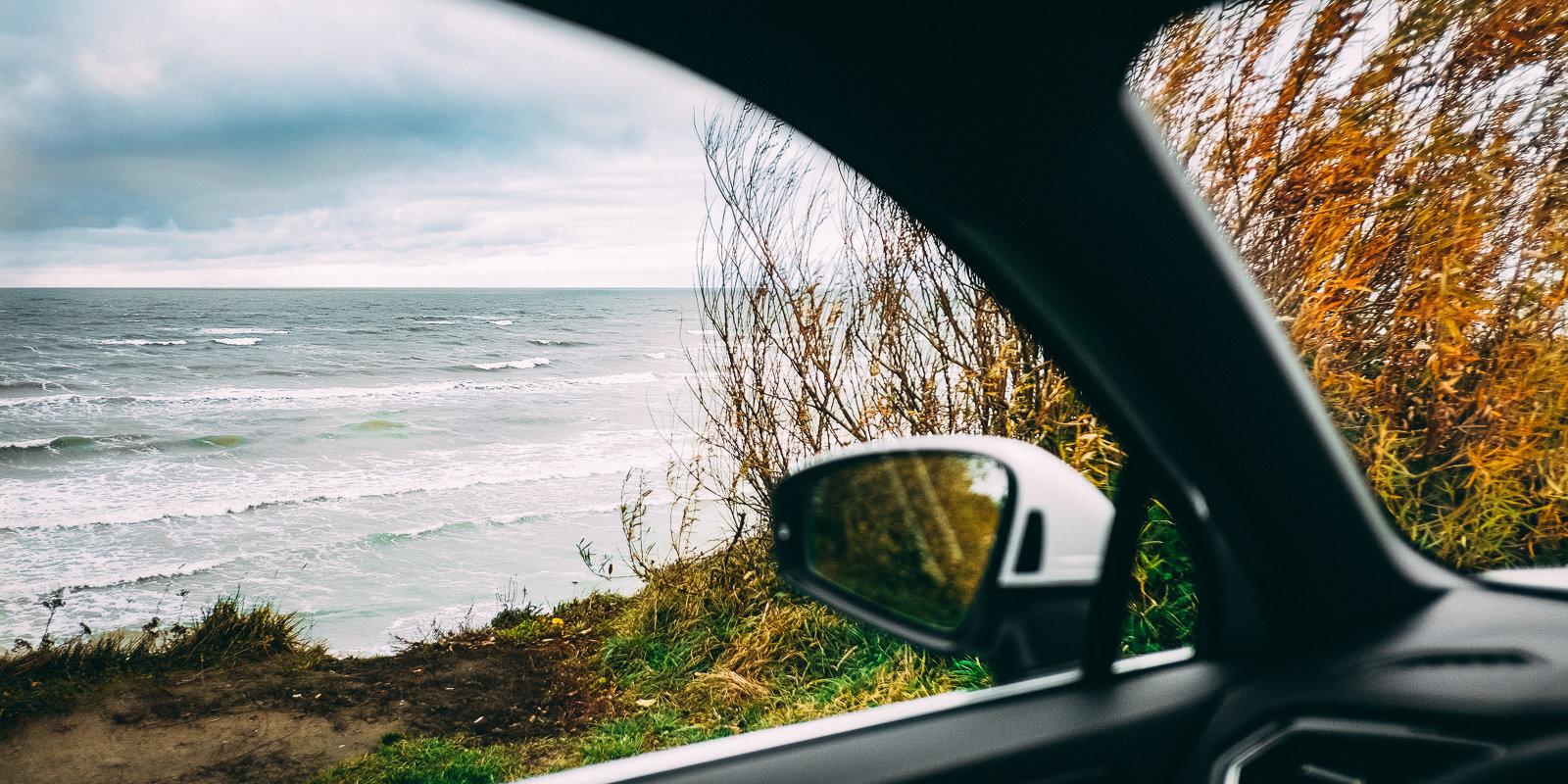 Jaunā 'VW Tiguan' tests, kas patiesībā ir stāsts par ceļojumu gar jūru vienatnē