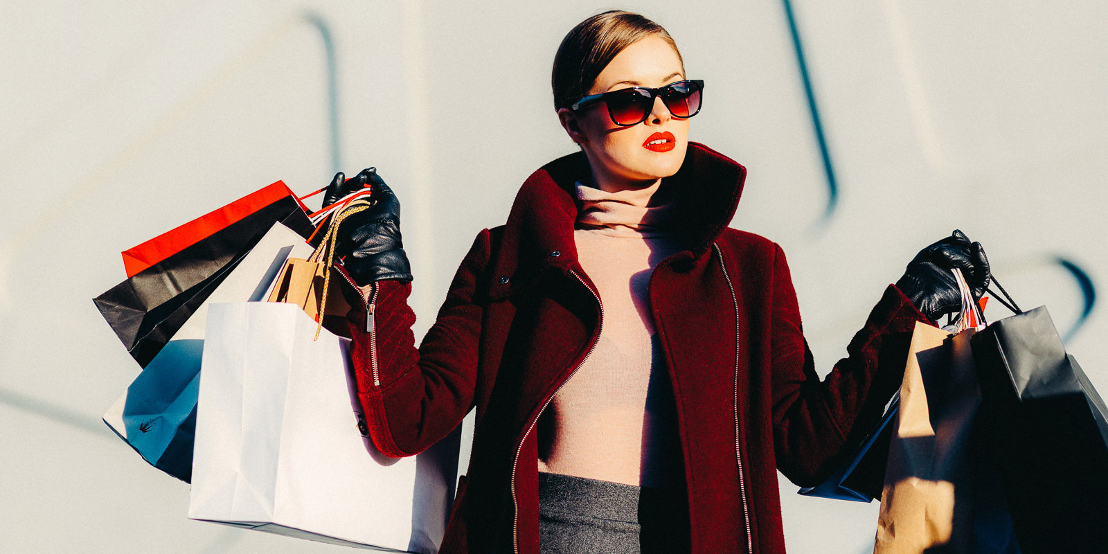 100 eiro par 'Louis Vuitton' vai 'Chanel' viltojumu. Kāpēc esam gatavi par tiem maksāt