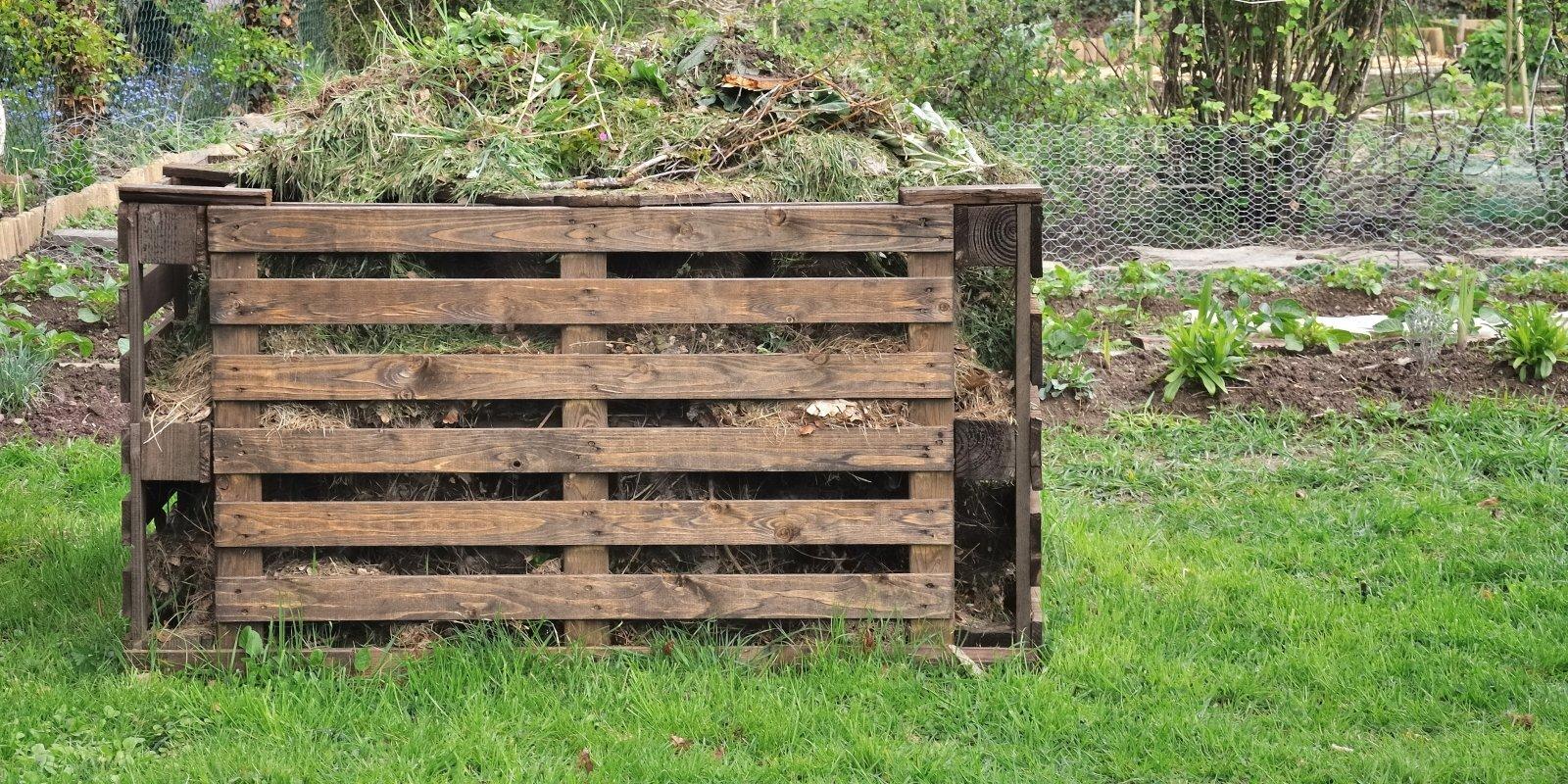 Paciest vai sakašķēties: cik tālu no kaimiņa robežas drīkst būt komposta kaudze