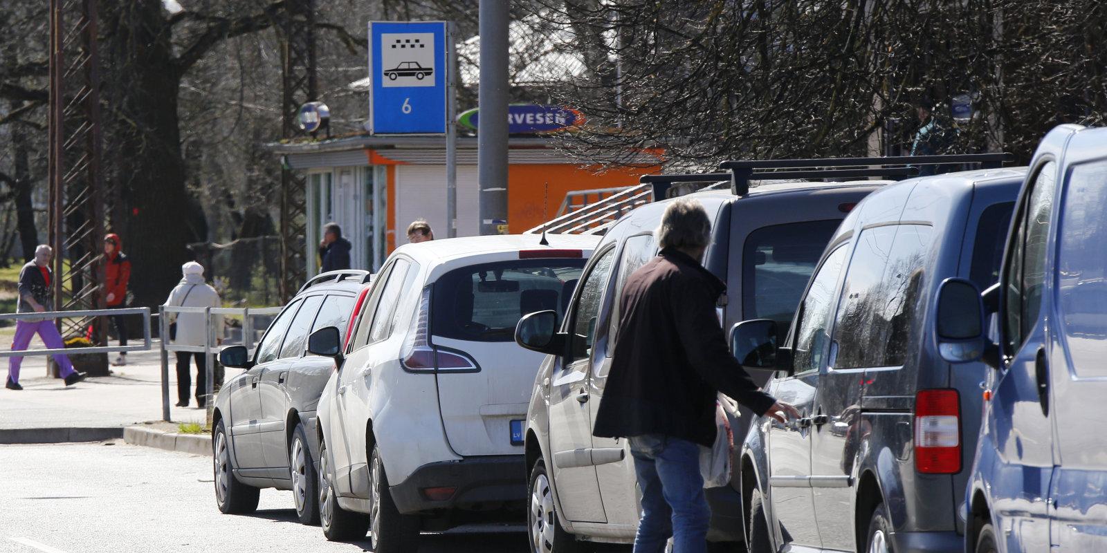 """""""Двухъевровые короли"""", битва агрегаторов и 14 часов за рулем. Шесть водителей Bolt и Yandex рассказывают о своей работе"""