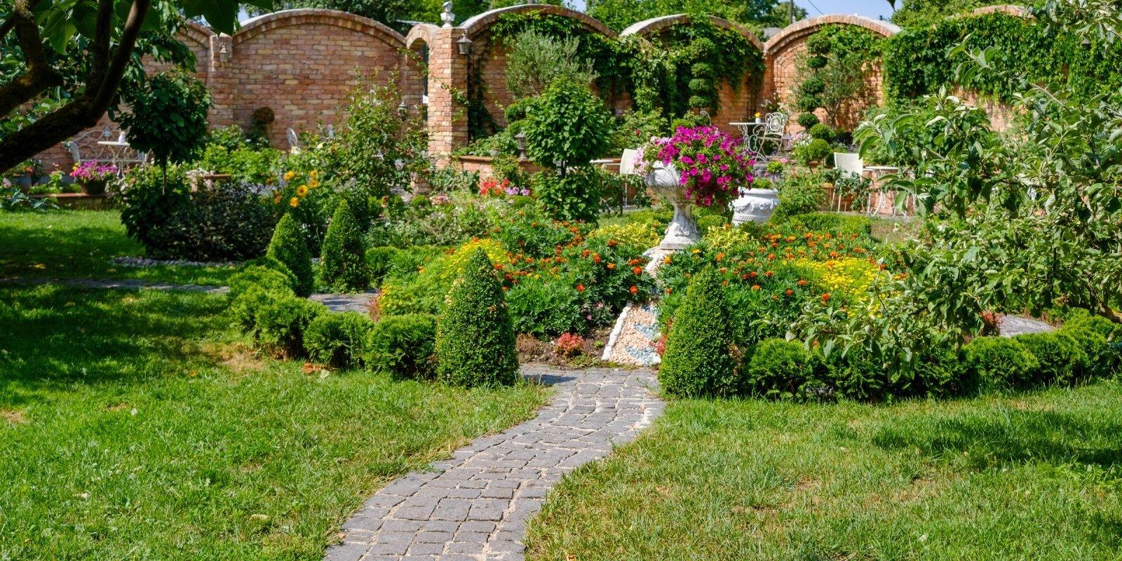 Вино и итальянский пейзаж в окружении роз: очаровательное кафе-сад в Яунциемсе