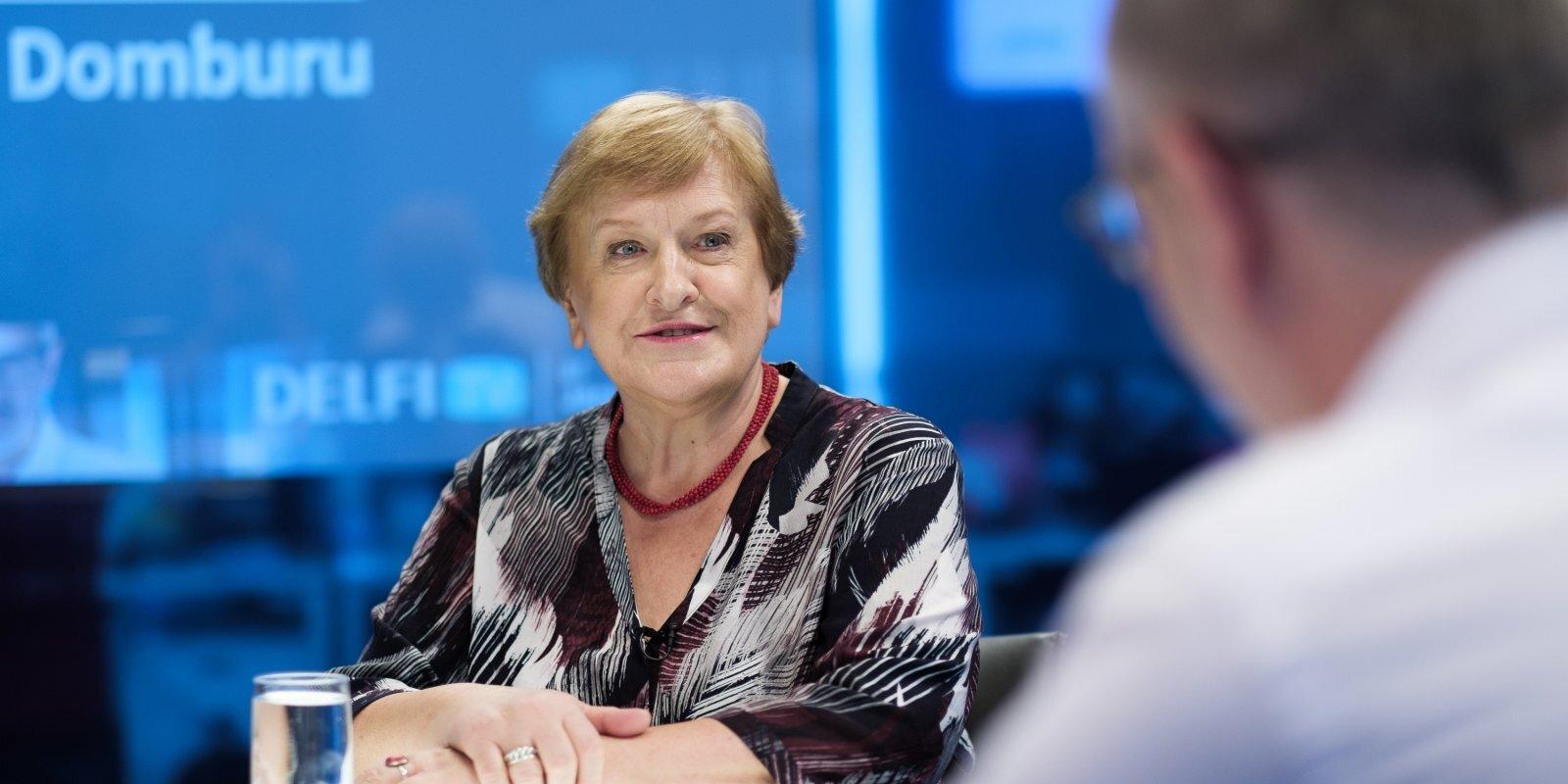 'Delfi TV ar Jāni Domburu' atbild Silvija Radzobe. Sarunas teksts
