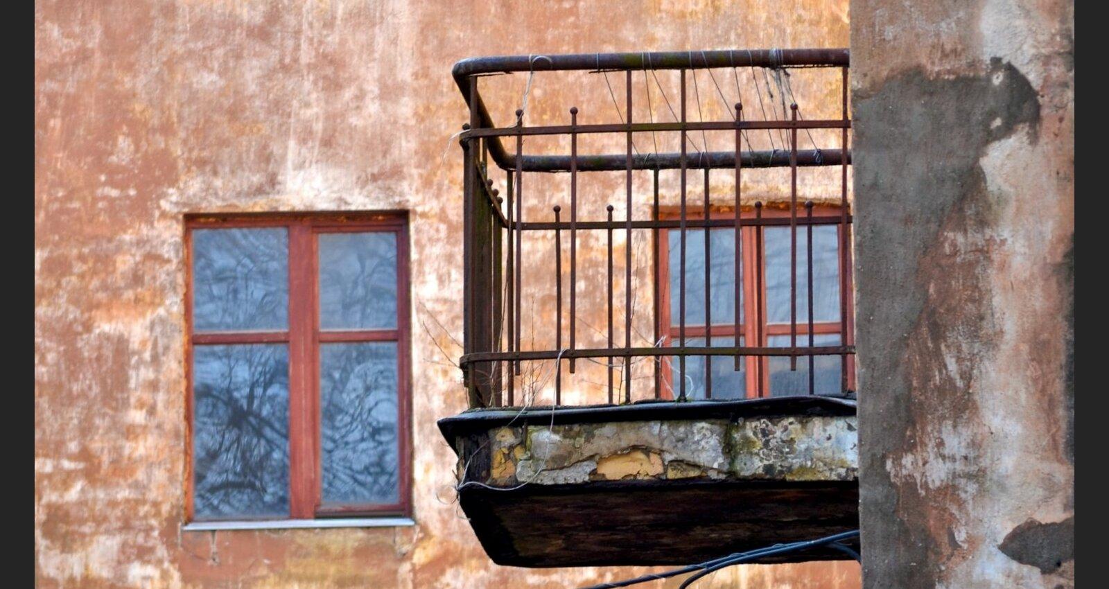 Brūkošie balkoni: cik slikts ir ēku stāvoklis un vai īpašnieks drīkst remontēt