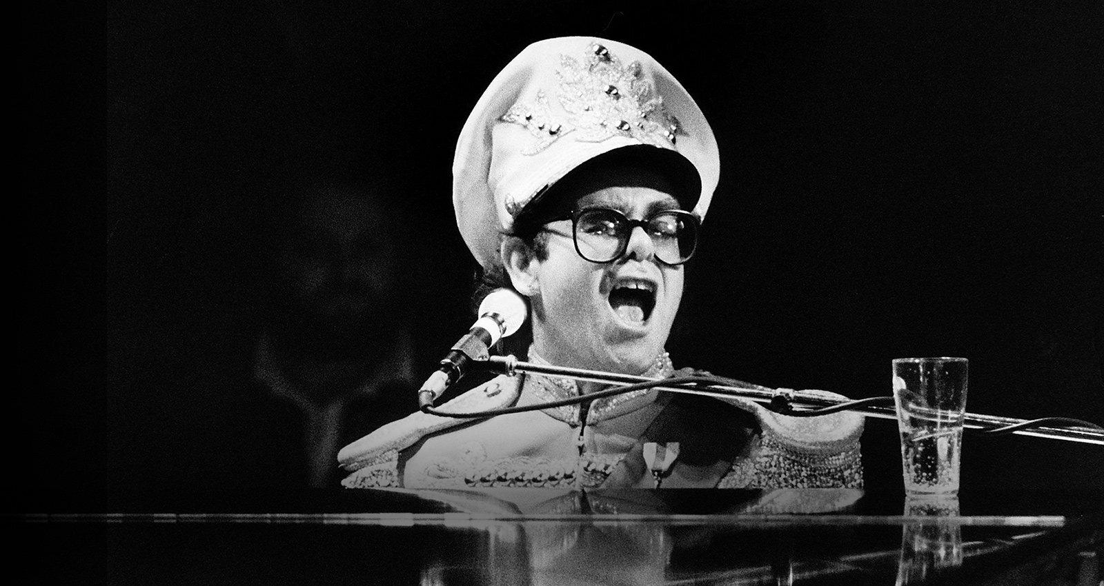 No Redžija par Eltonu Džonu. Ekstravagantā dziedātāja biogrāfijas spilgtākie pavērsieni