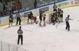Video: masveida kautiņš starp CSKA un 'Severstaļ' hokejistiem