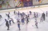 Video: Krievijā masveida kautiņu sarīko astoņus gadus veci hokejisti