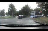 Avārijas brīdis - BMW sānos ietriecas Golf (video)