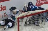 Video: Hokejists pielieto spēka paņēmienu pret trim spēlētājiem