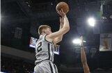 Dāvis Bertāns realizē tālmetienu 'Spurs' uzvarā