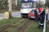 Foto: 10. tramvaja un automašīnas sadursme Bauskas ielā