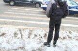 Rīgā auto uz gājēju pārejas notriec mazu meiteni