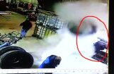 Video: Plīsusi riepa uzšauj gaisā auto mehāniķi