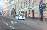 Aculiecinieku satrauc nevietā noparkots policijas auto