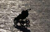No tirdzniecības atsauc nedrošus bērnu ratus un plīša rotaļlietu