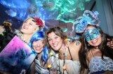 Foto: Koši tērpti ļaudis pulcējas LMA karnevāla 'virtuālajā paradīzes dārzā'