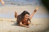 Krievu skaistule Šeika pludmalē zibina kailas krūtis