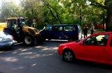 Pie Botāniskā dārza avarē busiņš un traktors