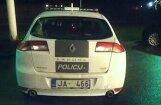 Foto: Vai tiešām policijai auto jānovieto invalīdu stāvvietā? (ar VP komentāru)