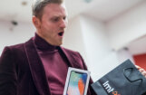 Foto: Latvijā uzsāk jaunā 'Apple' desmitgades telefona pārdošanu