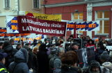 Возле Сейма проходит пикет против перевода образования на госязык; депутаты проголосовали за реформу