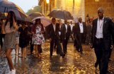 Foto: Kubieši vēro pa peļķēm laipojošo Obamu ģimeni