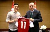 Vācijas futbola zvaigznes izpelnās kritiku par draudzības izrādīšanu Erdoganam