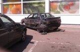 Šokējošs video: Nikns 'Mercedes' stāvvietā vairākas reizes taranē 'Audi'