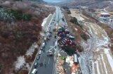 Dramatiski kadri: Milzu autoavārijā Ķīnā 17 bojāgājušie