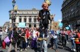 Foto: Parīzē tūkstošiem cilvēku protestē pret Makrona reformām