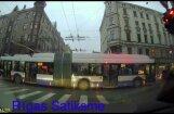 Video: Trolejbuss sastrēgumu laikā Rīgā aizšķērso visu krustojumu