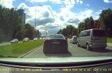 Video: BMW šoferis bīstami manevrē pie sarkanās gaismas