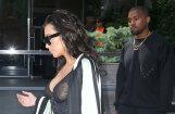 Foto: Kardašjana nekautrīgi izrāda krūtsgalus