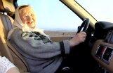 Video: 90 gadīga večiņa pirmo reizi mūžā brauc ar auto