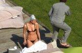 Krievu skaistule Šeika vāļājas niecīgā bikini