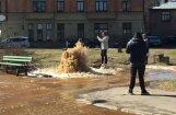 Video: Pētersalas ielā pārplīsis ūdensvads; satiksme atjaunota