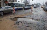 ФОТО, ВИДЕО. Провалилась брусчатка возле моста ВЭФ: аварию устраняли 8 часов
