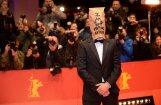 Labefs uz filmas 'Nimfomāne' pirmizrādi ierodas ar papīra turzu uz galvas