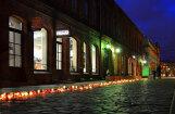 Foto: Liepājā Aivara Brīzes piemiņai iedegts 'ugunsceļš'