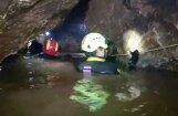 Akmeņi, dubļi un ūdens: kā izskatās Taizemes applūdušajā alā
