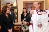Lipmans dāvina Latvijas vēstniecei Zviedrijā hokeja izlases kreklu