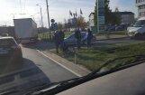 Foto: Kravas auto un velosipēda sadursme Mūkusalas aplī
