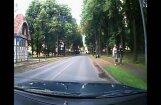 Rīgā avarē policijas auto un vēl divas automašīnas