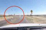 Video: Bēgot no policijas Arizonā, no auto sviež marihuānas ķīpas