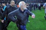 Grieķijas futbola grandu mačā PAOK īpašnieks iziet laukumā ar ieroci