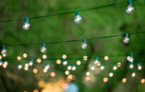 Zvaigžņotā debess ar gaismiņu virtenēm. Skaistas idejas dārza un pagalma apgaismošanai vasarā