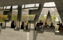 Cīrihē apcietinātas augstas FIFA amatpersonas; apsūdzēti kukuļņemšanā, reketā un izsūtīti uz ASV