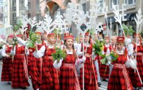 Foto: 'Atceltais' Dziesmu un deju svētku gājiens pulcē teju visus dalībniekus (plkst. 11:49)