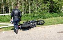 Foto: Ventspils tehniskajā apskatē darbinieks apgāž klienta motociklu